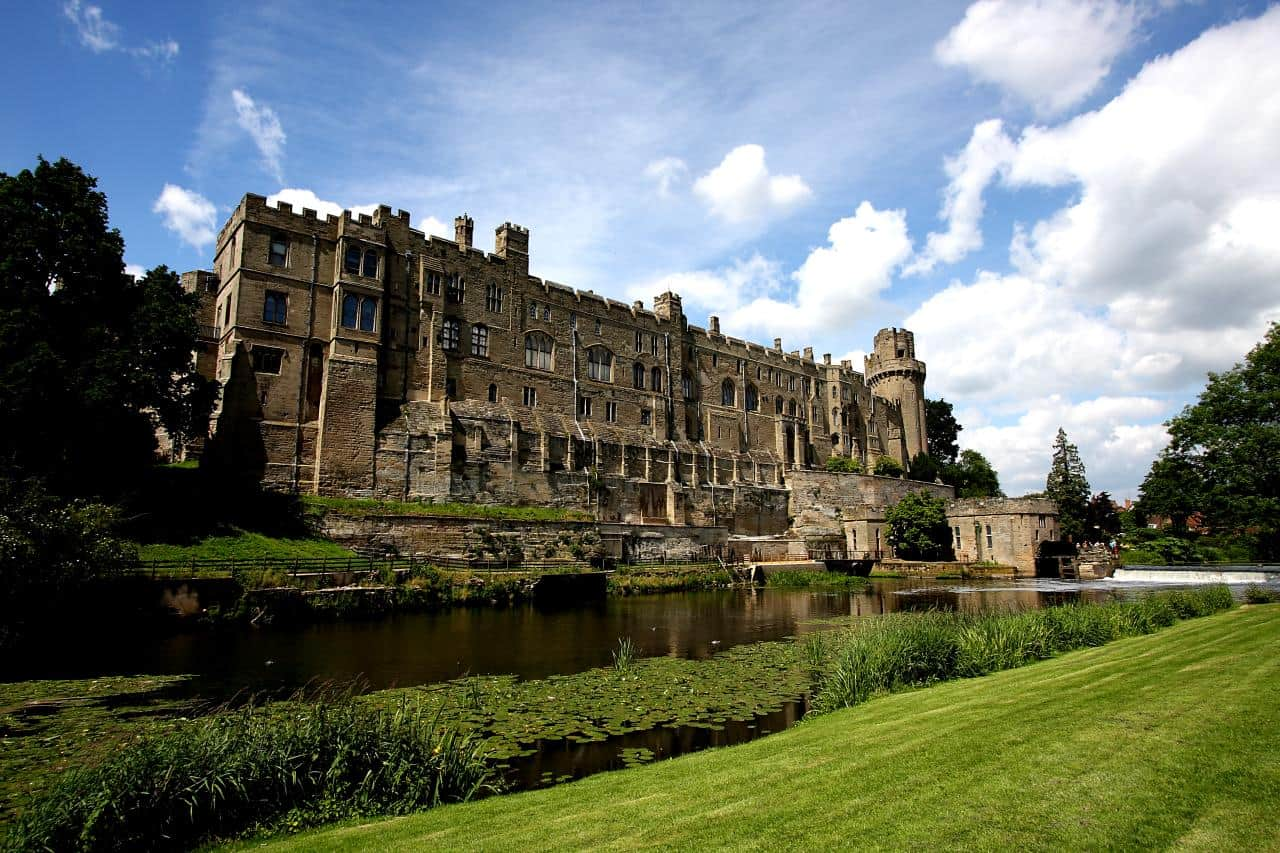 Exterior_of_Warwick_Castle_from_across_the_River_Avon,_2009