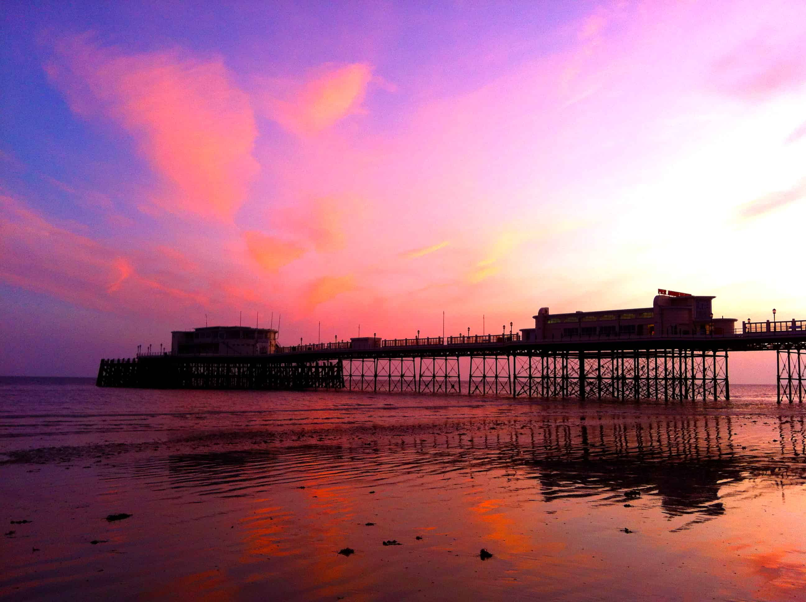 Worthing_Pier_at_sunset,_low_tide